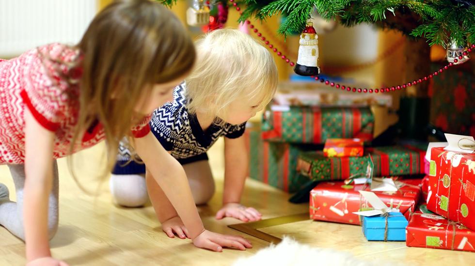 Barn på gavejakt under treet. Illustrasjonsfoto: Shutterstock