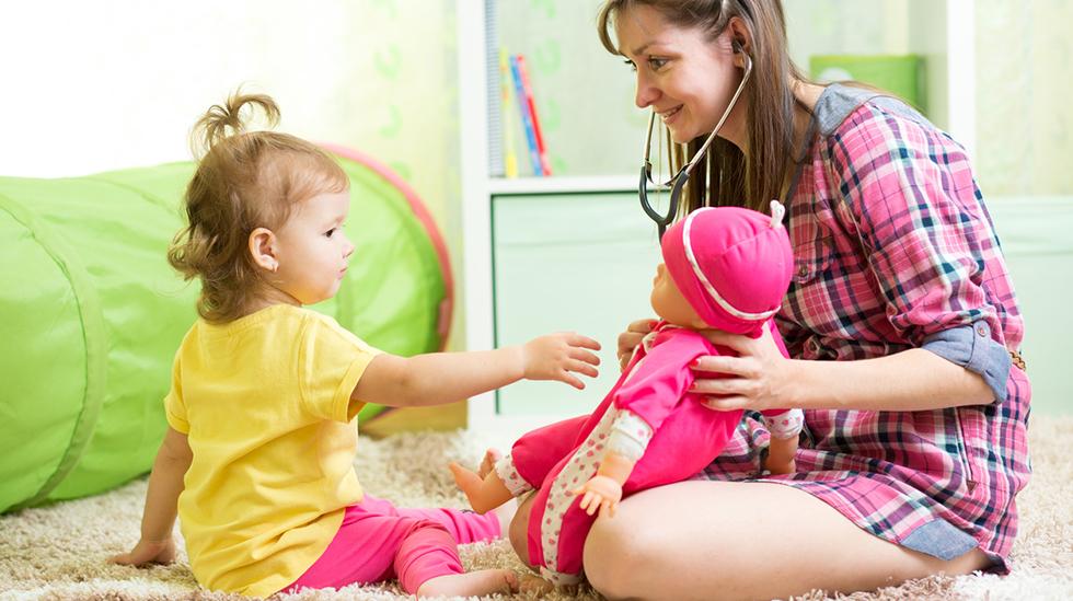 Hvor mye du betaler barnevakten, avhenger kanskje også hvor mye barnet er våkent mens det blir passet. Illustrasjonsfoto: iStock