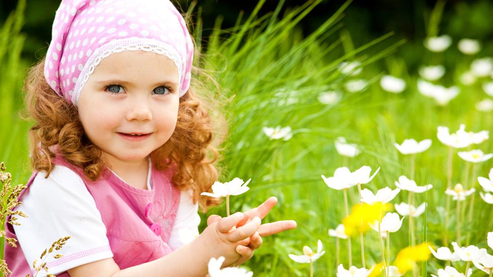 Mange barn elsker å plukke blomster. Men hva om øynene klør og nesa renner etterpå? Illustrasjonsfoto: Shutterstock