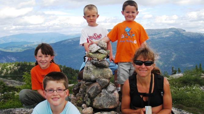 Laila Todnem sammen med barna Helene, Erik, Lars og Olav Dreyer. Foto: Privat