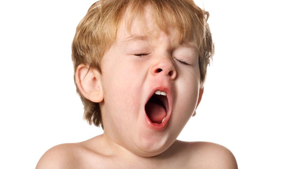Barnet kan komme ut av rytmen slik at det sovner lenge før leggetid på hverdagene, og da blir det vanskelig å sovne til riktig tid på kvelden. Dermed vedvarer problemet. Illustrasjonsfoto: Shutterstock