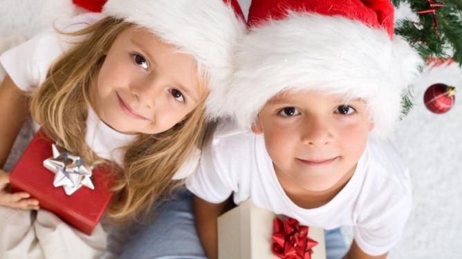 Det er dette vi drømmer om. Fornøyde små nissebarn som stråler lykkelig over dagens luke i kalenderen. Illustrasjonsfoto: Crestock