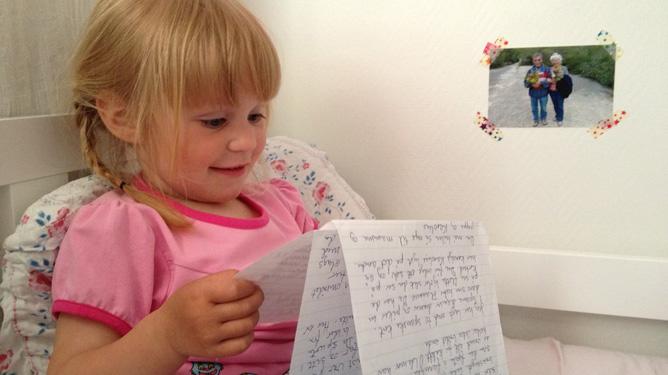 Kaia kikker på brevet sitt fra oldefar. Alle foto: Ole Fredrik Lie