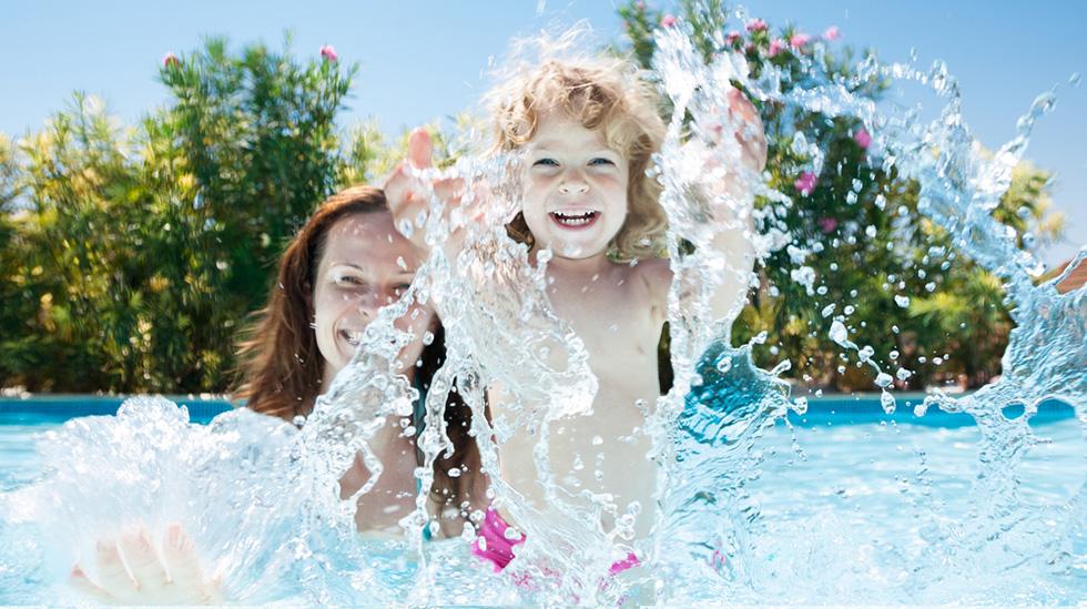 Bading er morsomt og tryggest sammen. Illustrasjonsfoto: Shutterstock