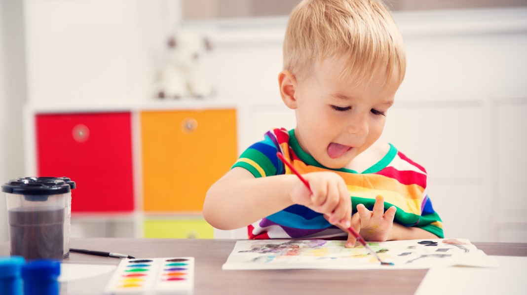 Snakk gjerne med barnet om hva det tenkte da det tegnet, og la det forklare hva som er på tegningen. Illustrasjonsfoto: iStock