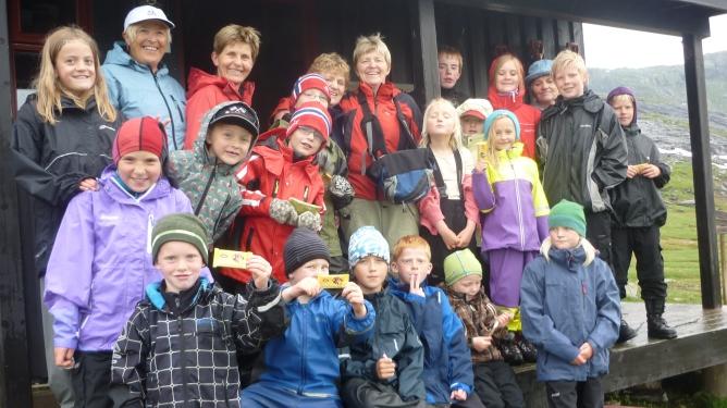 Fem bestemødre og 18 barnebarn på ett brett. Bestemor nummer seks, Erna Brekke, har tatt bildene fra turen.