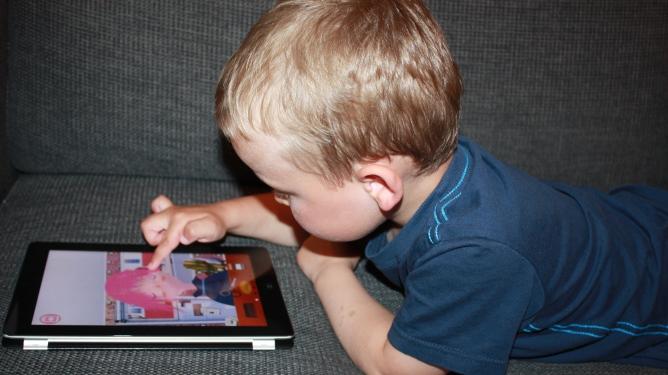 Lek på iPad krever lite opplæring - faktisk er det ofte barna som må vise de voksne. Illustrasjonsfoto: Maren Eriksen