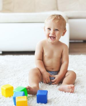På tide å slutte med bleiene? Mange barn synes det er deilig å kunne springe rundt helt nakne.