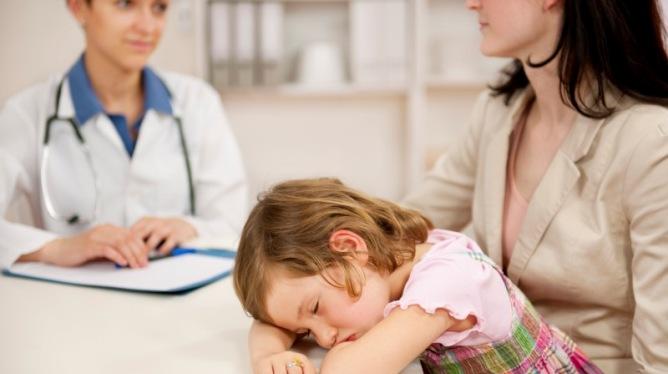 Mange småbarnsforeldre kan nok vente seg en tur eller to til fastlegen med barnet nå i høst. Illustrasjonsfoto: Crestock