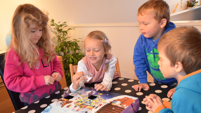 Disse fire testet kalendrene. Fra venstre: Mina Sofie Molde Hollund (6 år), Ida Emilie Nilsen (5 år), Sander Nilsen (3 år) og Marius Drabsch Norland (5 år).