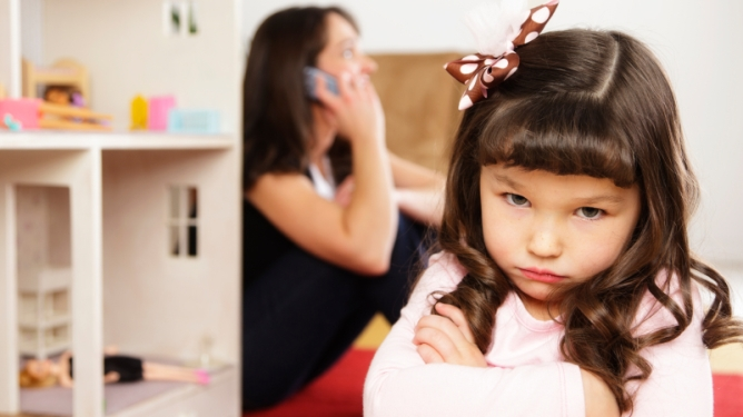 Føler barna seg oversett fordi du er litt for glad i mobilen? Illustrasjonsfoto: Istockphoto