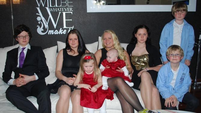 Synnøves åtte barn på ett brett: Fra venstre Leif Olav (16), Laura (18), Janna (4), Eirin (25), Julianne ( 8 mndr), Susanne (19), Nikolai (9) og Jan Fredrik (8). Foto: privat