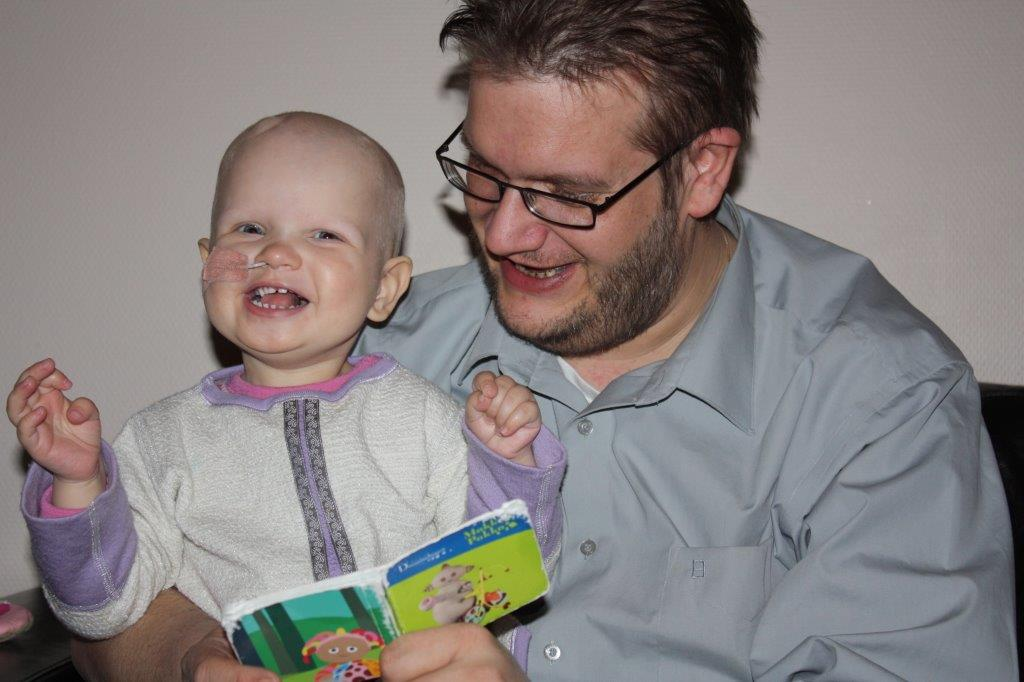 Eliisa og far leser bok. Foto: privat