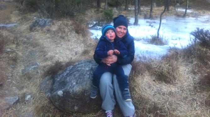 Elizabeth Tjørom og sønnen Marius koser seg på skogstur