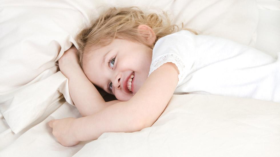 Det er ikke alltid like enkelt å sovne, og det er heller ikke alltid de små har så lyst til å sovne – og da kommer alle unnskyldningene. Illustrasjonsfoto: Shutterstock