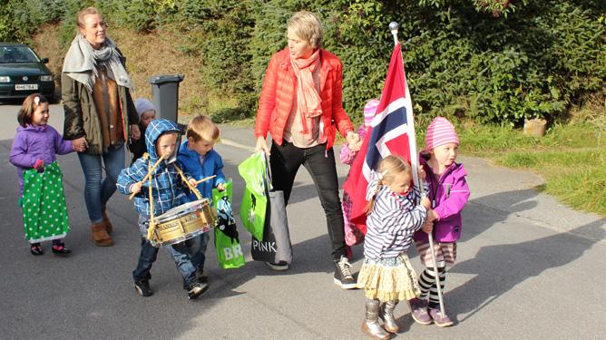 Feststemte og forventningefulle barn på vei til bursdagsfeiring. Alle foto: Janet Molde Hollund