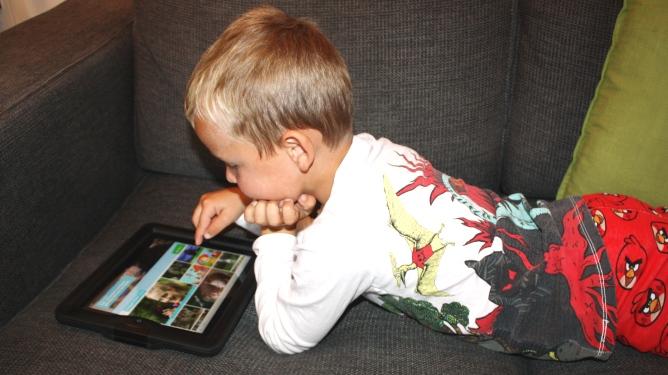 Sander koser seg med NRK Super på nettbrett. Illustrasjonsfoto: Maren Eriksen