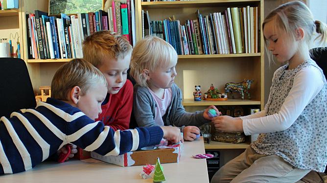 Alle fire samlet rundt Littlest Pet Shop adventskalenderen. Fra venstre: Sander (4 år), David (5 1/2 år), Rikke (3 år) og Hermine (5 år). Foto: Marie H. Horvei