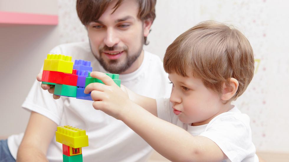 Å sitte på pappas skuldre er artig! Illustrasjonsfoto: Shutterstock
