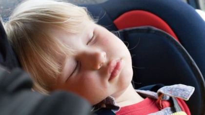 Unngå at barnet sovner i bilen på vei hjem fra barnehagen om du kan. En liten powernap kan gjøre leggingen vanskelig på kvelden. Illustrasjonsfoto: Shutterstock