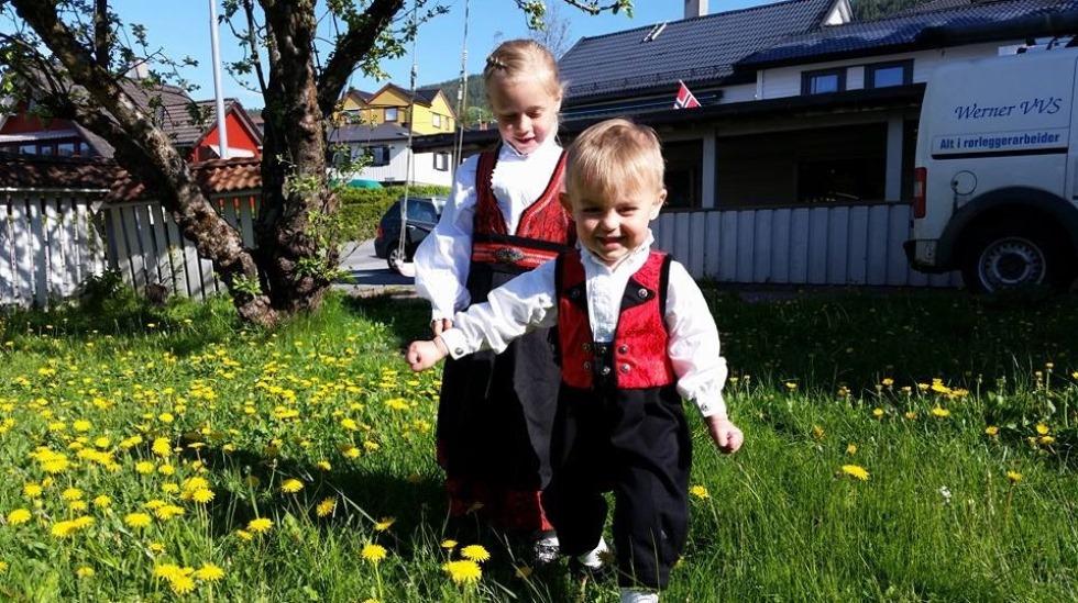 Linus (2 1/2) og storesøster Emilia (5 1/2) på 17. mai i år. Bunaden til Linus er størrelse 74 (6-9 mndr). Foto: privat