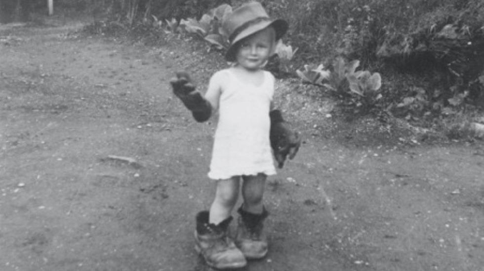 """Forsidebilde fra boken """"I for store sko"""", fotograf Astrid Rothaug"""