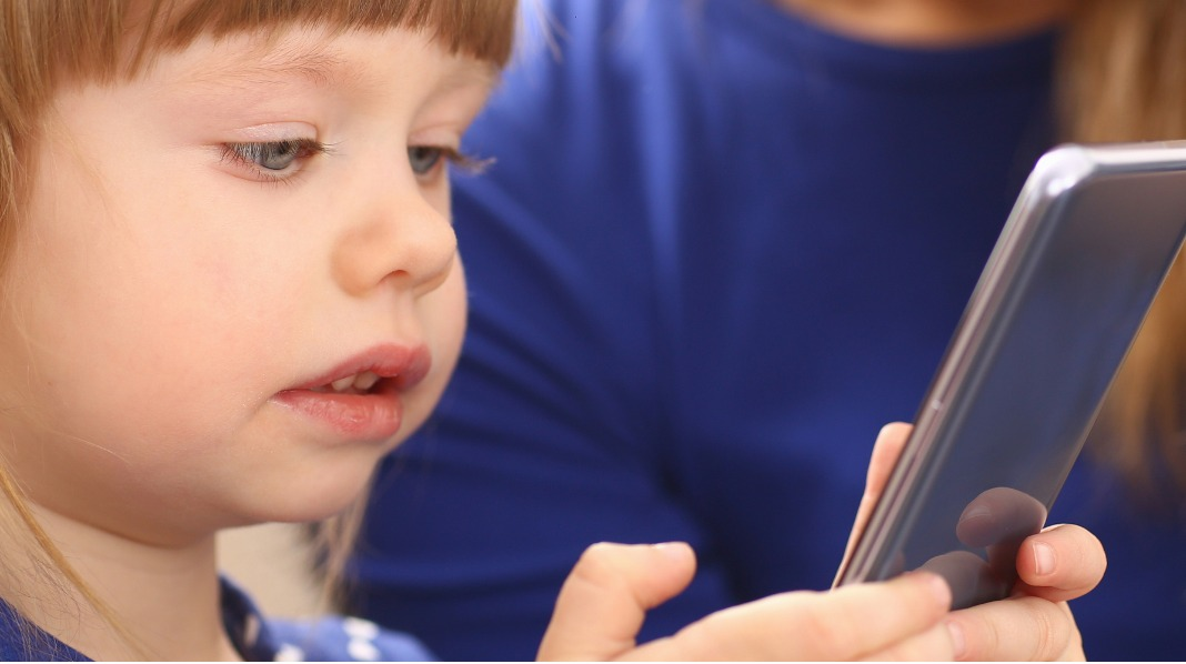 Mobiltelefon, men også full av andre muligheter. Hvor gammelt bør barnet være før det får egen mobiltelefon? Illustrasjonsfoto: iStock