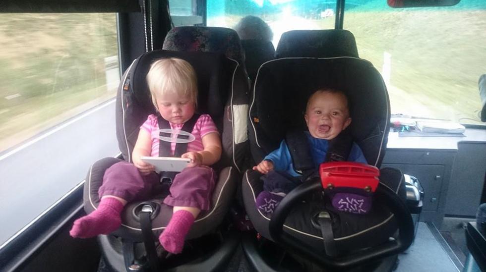 Solveig Malen og Hermann Johan trives i pappas teambuss. Foto: privat