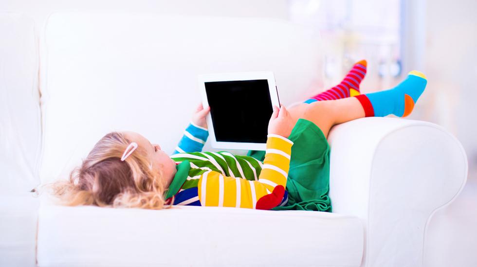 Finner barnet ditt best ro med et nettbrett i fanget? Illustrasjonsfoto: Shutterstock