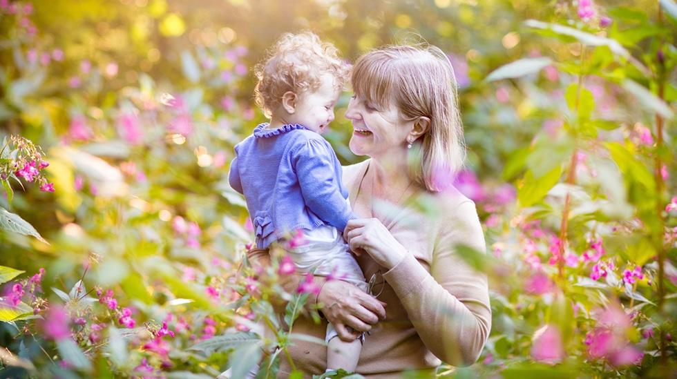 Besteforeldre kan være fantastiske barnevakter. Men er det greit å stille krav til dem? Illustrasjonsfoto: Shutterstock