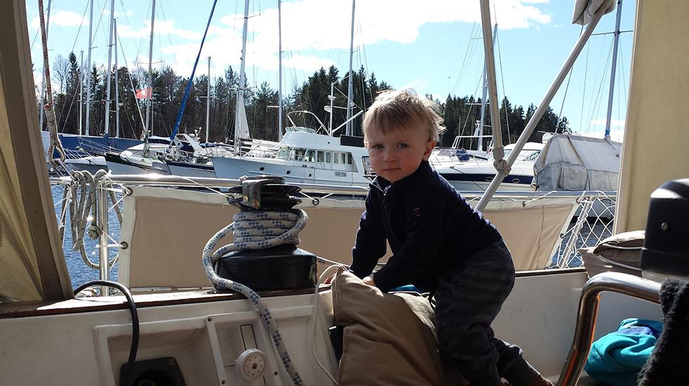 Troy trives godt ombord på seilbåten. Det er godt, for den vil være hjemmet hans i flere år! Alle foto: privat