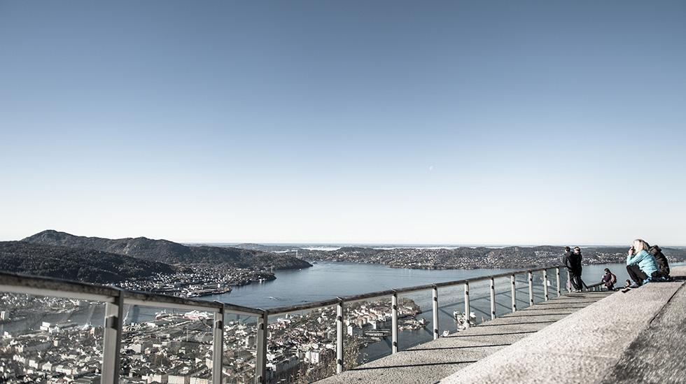 Både små og store kan la seg fascinere av den storslåtte utsikten på Fløyen. Foto: Fløyen