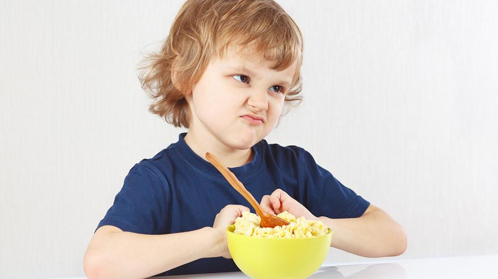 Du kan kreve at barnet smaker på maten, men du kan ikke tvinge det til å spise den. Foto: Shutterstock
