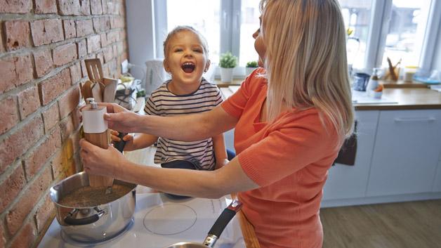 Det kan bli mange koselige stunder og gode samtaler når dere skal lage middag.