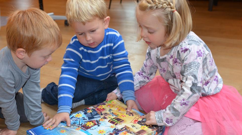 Matheo (t.v.), Dennis og Helena er klare for å ta fatt på sjørøverkalender fra Playmobil. Foto: Janet Molde Hollund