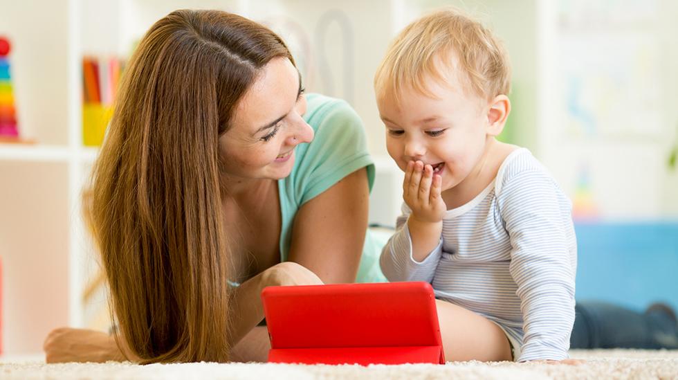 Det er lurt at foreldrene er til stede når barnet bruker medier. Illustrasjonsfoto: Shutterstock