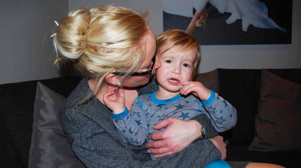 I dagene før vannkoppene kom hadde Julius feber og nedsatt appetitt. Her får han trøst av mamma Janet. Foto: privat