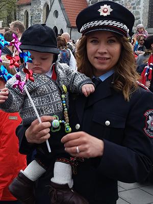 Brannmester Tone Sutterø med sønnen på 17. mai. Foto: Trøndelag brann- og redningstjeneste