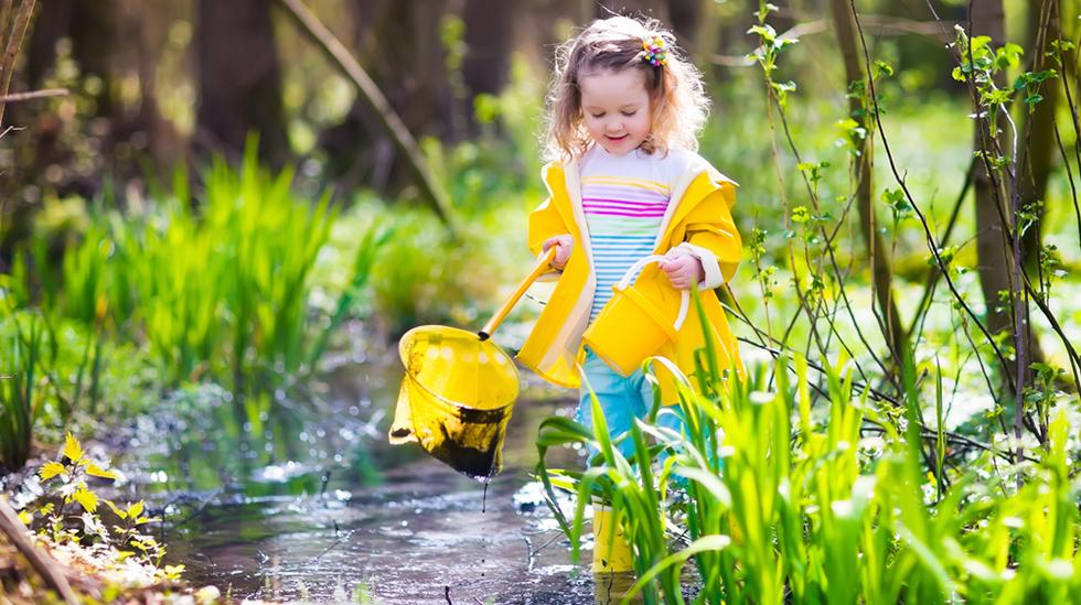 Varme, fine vårdager og så pøsregn, og så minusgrader? Det kan være vanskelig å kle barnet i slike overgangstider. Hva er på plassen til ditt barn i barnehagen? Illustrasjonsfoto: Shutterstock