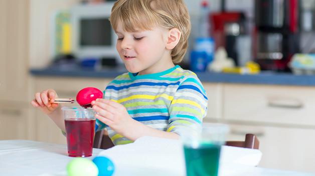 La barnet male på egg i ulike størrelser og varianter, eller la det være med å farge ekte egg. Foto: Shutterstock