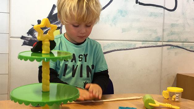Martin (4 år) leker med årets vinnerkalender – MyDough.