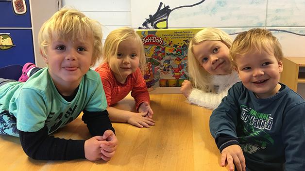 Martin (4 år), Karoline (2 år), Ella (5 år) og Christian (2 år) gledet seg veldig til å åpne Play-doh-kalenderen.