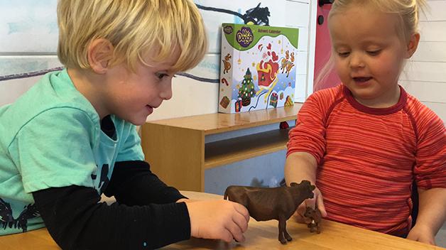 Martin (4 år) og Karoline (2 år) var fort i gang med leken da Schleich bondegårdstema-kalenderen ble åpnet.