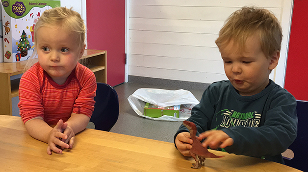 Karoline (2 år) og Christian (2 år) oppsummerer Schleich dinosaur-kalenderen godt. Noe veldig gøy innhold, men mye kjedelig.