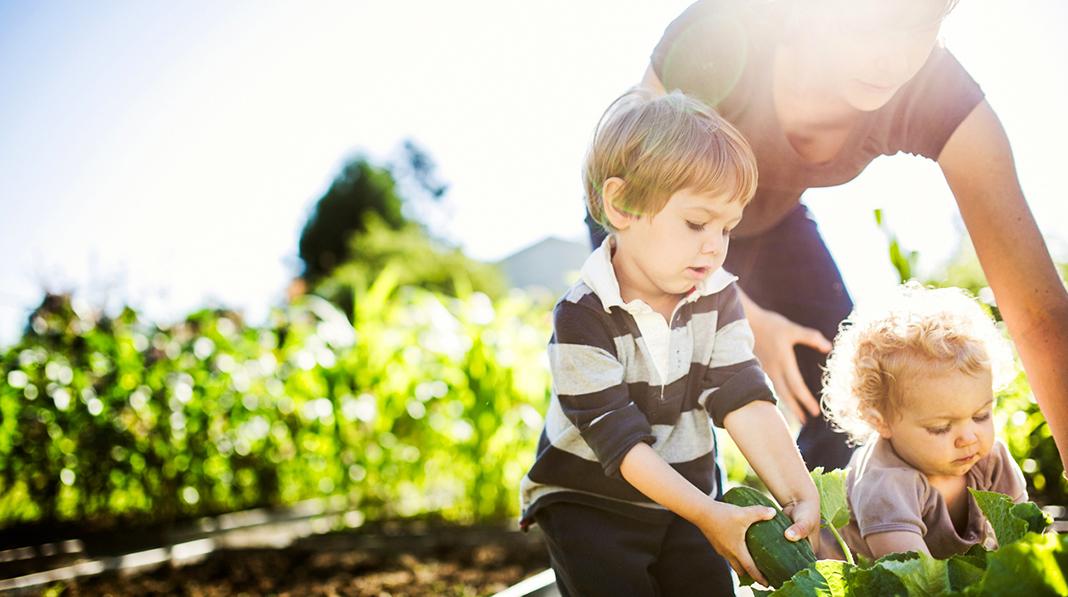 Ofte er det morsomste å få være med på mamma eller pappas oppgaver inne eller ute. Illustrasjonsfoto: iStock