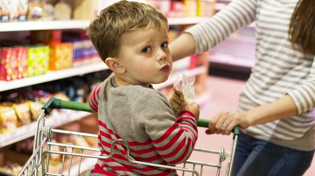 Fremmede forsøker å oppdra barnet
