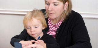 mor og sønn måler blodsukker