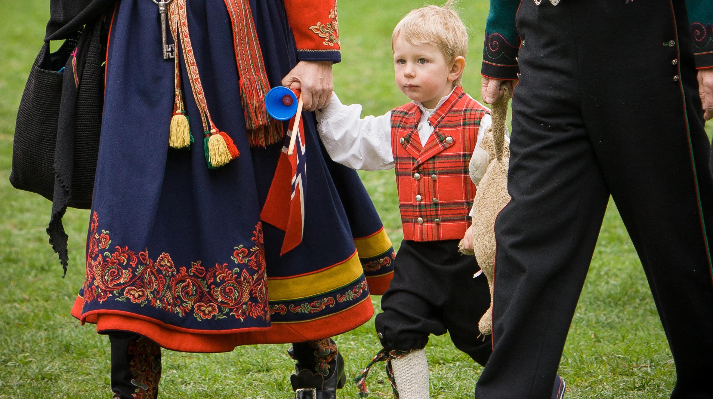 Skal barnet ha bunad eller festdrakt på 17. mai, eller velger dere andre penklær? Illustrasjonsfoto: iStock