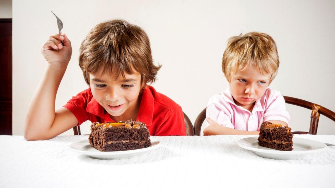 Å føle at søsken alltid blir prioritert og foretrukket av foreldrene kan være skadelig for barnet og søskenforholdet, forteller ekspertene. Illustrasjonsfoto: iStock.com