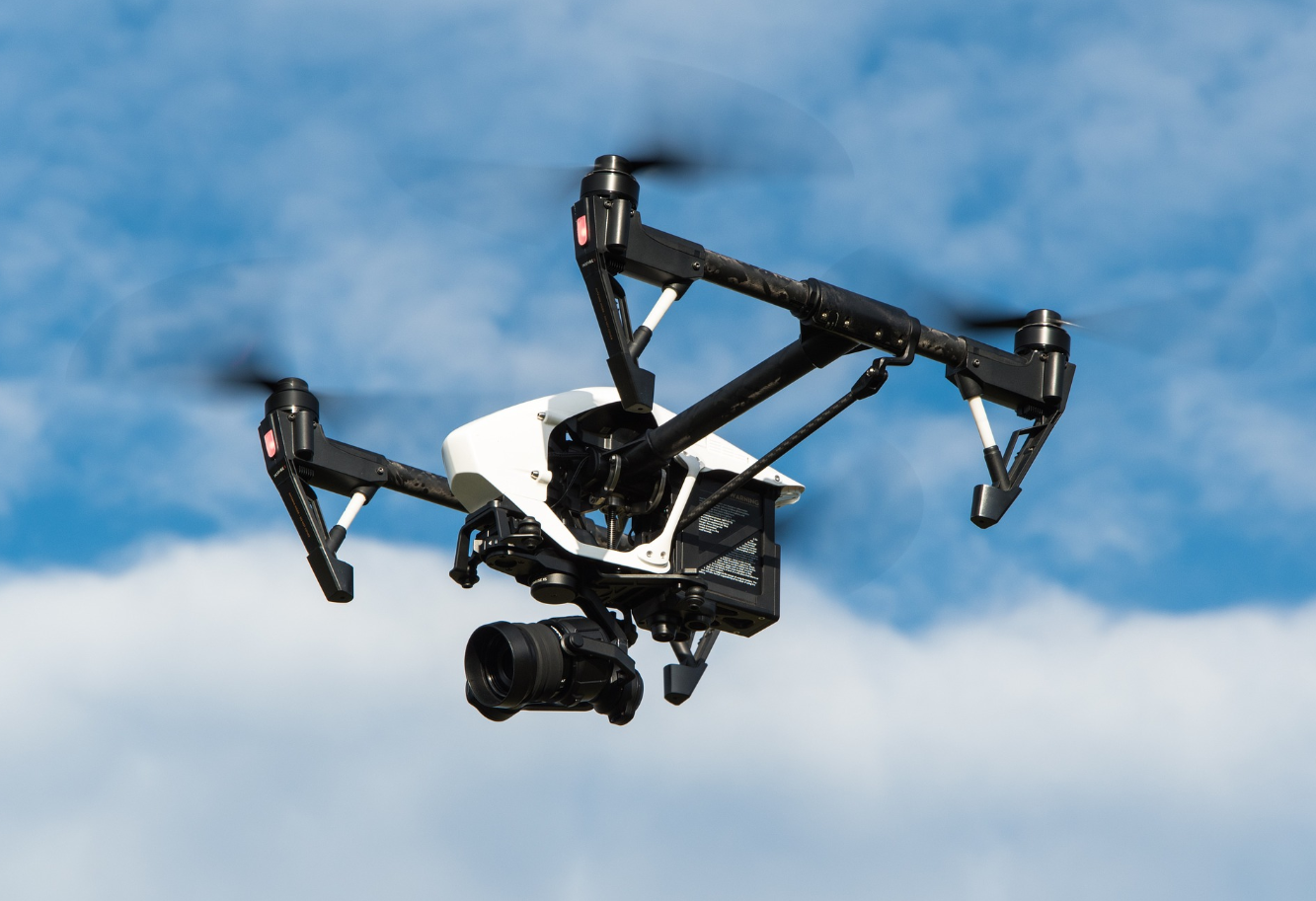 Tech in construction, Dachkontrolle mit einer Drohne